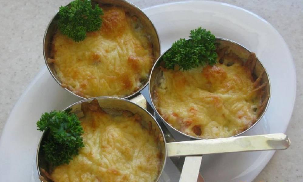 4. Сверху посыпаем сыром и ставим в духовки на пятнадцать минут. За это время жульен покроется красивой румяной корочкой. При подаче украсьте зеленью петрушки.