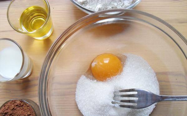 1. Яйцо вбиваем в миску. Сюда же - сахар и ванилин. Взбиваем до однородности.