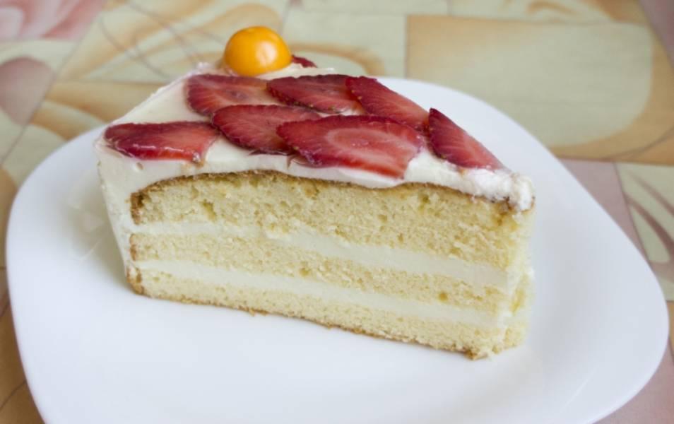 Готовый торт украшаем взбитыми сливками и свежим и фруктами. Перед употреблением, ставим в холодильник на 2-3 часа. Приятного аппетита!