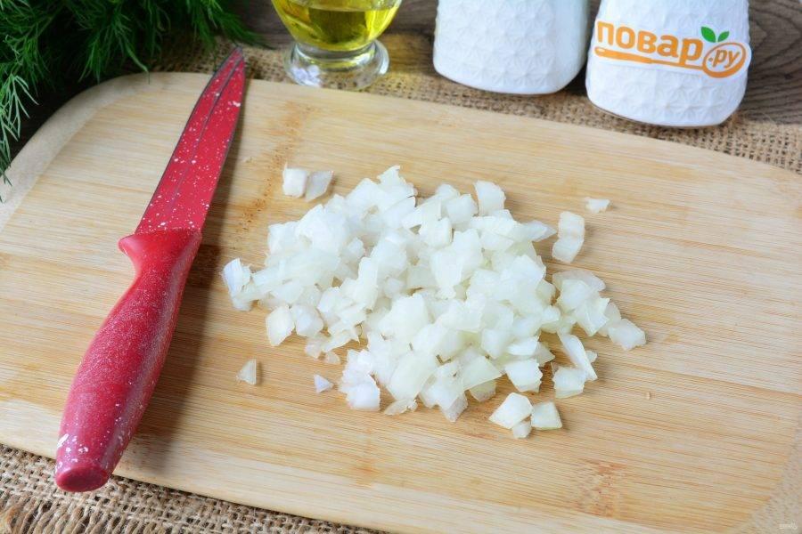 Почищенный лук нарежьте мелкими кубиками.