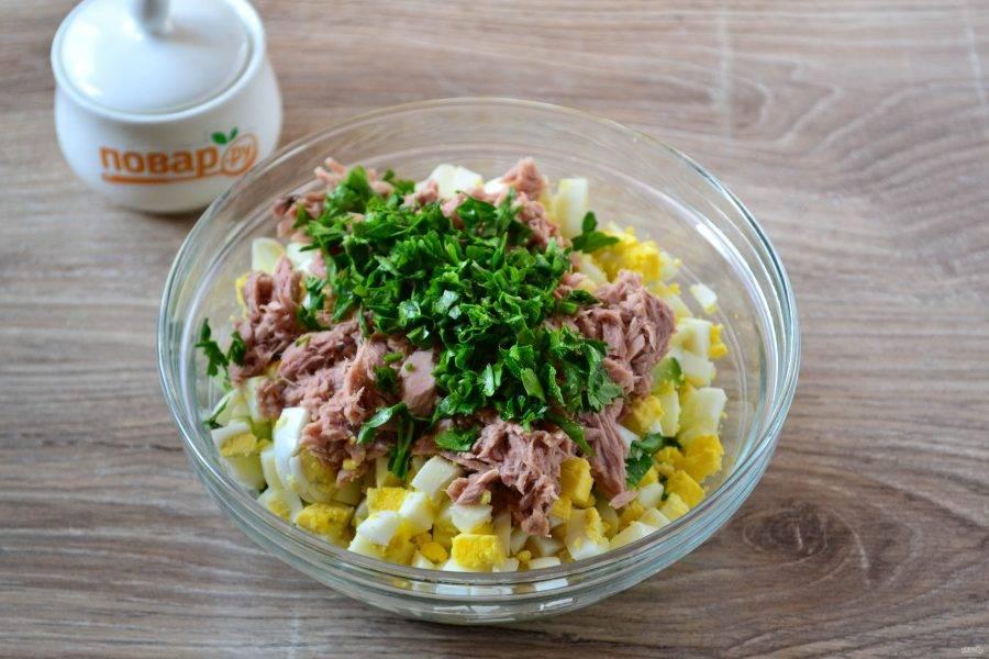Мелко нарежьте зелень и добавьте в салат. Я беру петрушку, но можно использовать зеленый лук, укроп, базилик, рукколу.