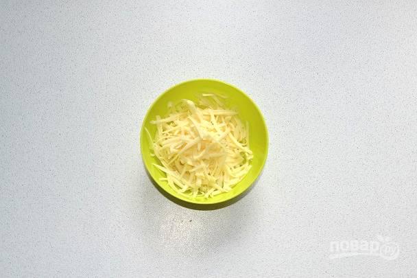 Сыр натрите на средней или крупной терке.