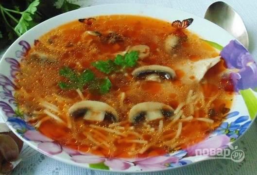Суп с томатной пастой и лапшой готов! Приятного аппетита и хорошего настроения!