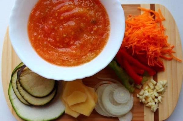 2. В данном варианте рецепт приготовления лазаньи веганской начинается с лука и чеснока, которые необходимо очистить и измельчить. Морковь вымыть, очистить и натереть на терке. Помидоры измельчить в блендере или пропустить через мясорубку. Сладкий перец вымыть, очистить от хвостиков и семян и нарезать тонкой соломкой.