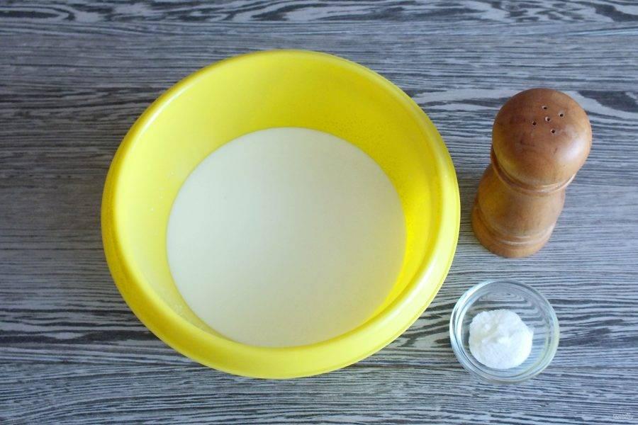 В чаше соедините теплое молоко, соль и соду.