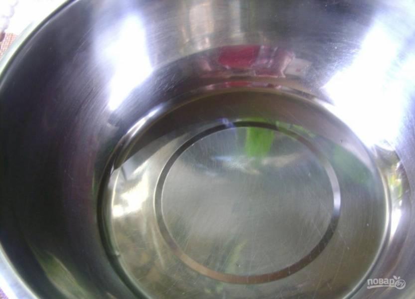 1. Если вы приготовите бедрышки под этим соусом, сможете побаловать вкусовые рецепторы даже самых взыскательных мясоедов. Для начала нам нужно сделать маринад: наливаем в глубокую емкость оливковое масло.