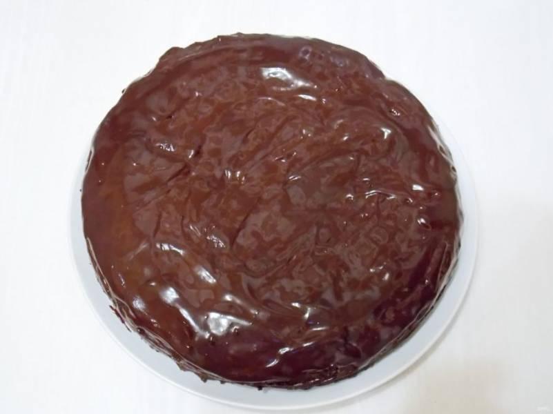 На медленном огне нагрейте до однородной массы, все время, мешая, чтобы не пригорело. Нанесите шоколадную массу на верх и бока торта.