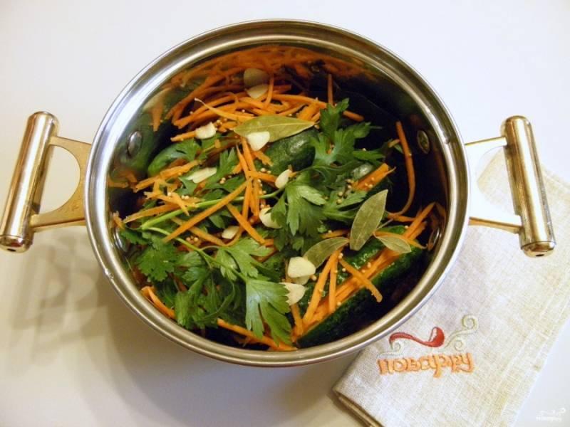 Уложите огурчики плотно в кастрюлю, накройте оставшимися специями, не забудьте про перец горошком, горчицу в зернах, чеснок и зелень.