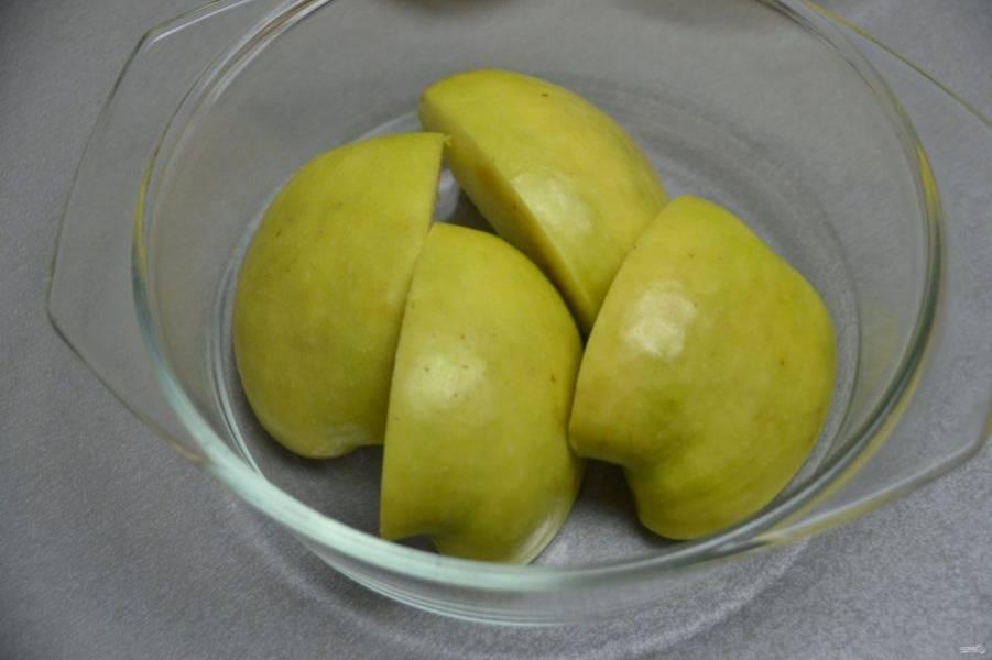 Удалите у яблока сердцевину, разрежьте на дольки, выложите в закрытую посуду и поставьте в микроволновую печь на 5 минут для запекания.