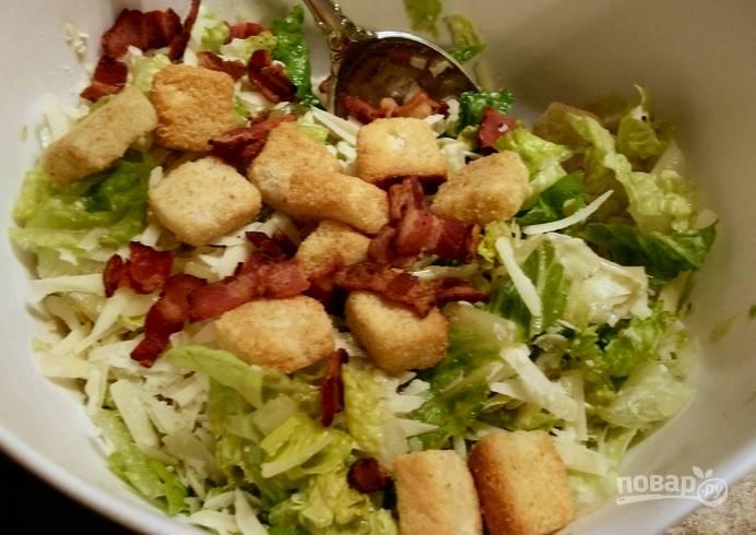 Украшаем салат беконом, сухариками и тертым пармезаном. Приятного аппетита!