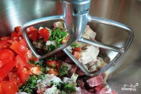 2. Все смешаем на низкой сковорости в миксере или блендере, затем уже вручную домешаем оливки. Затем уже по вкусу добавим соль и еще раз перемешаем. Дальше трамбуем смесь в кишку или специальную пленку для ветчины.