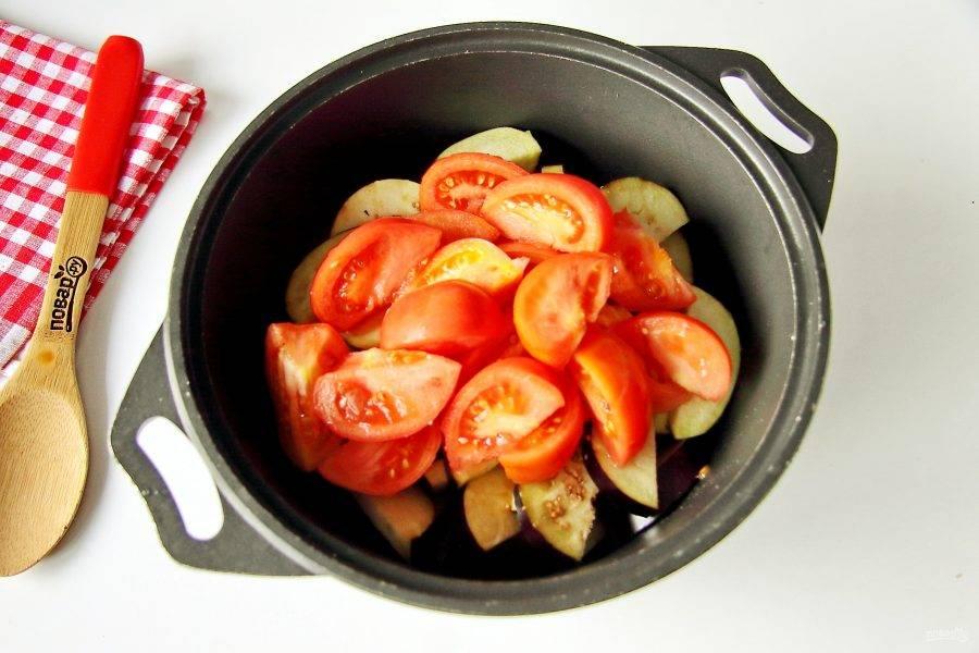 Добавьте нарезанные крупными дольками помидоры.