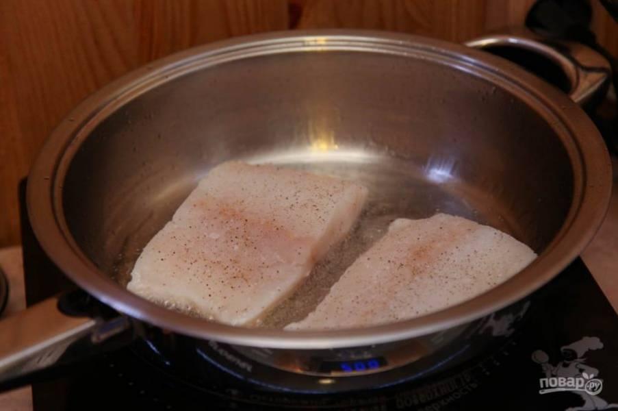Филе трески вымойте и обсушите бумажными полотенцами. Затем зачистите филе от косточек и натрите солью и перцем. Обжарьте его до золотистой корочки в оливковом масле.