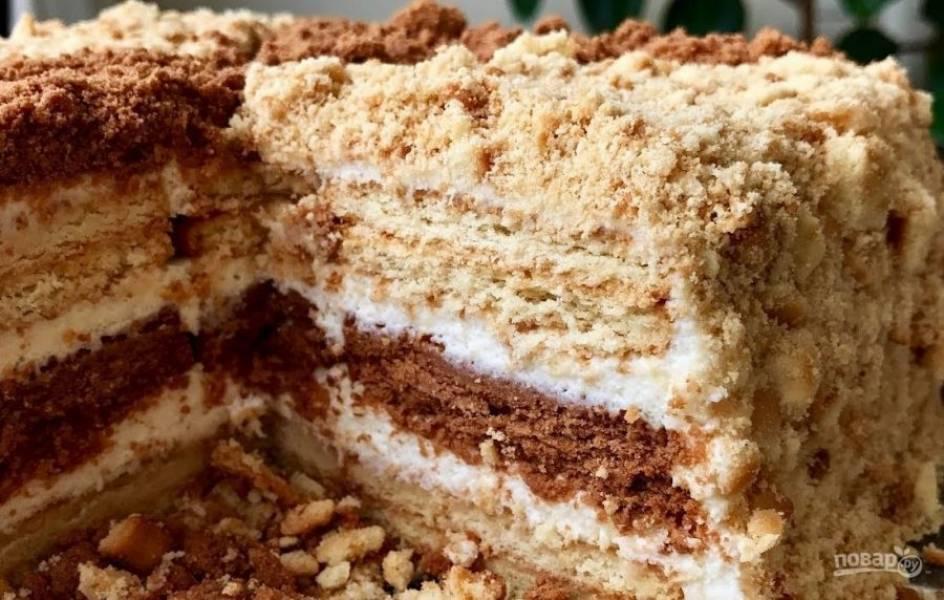 4.  Смажьте торт кремом со всех сторон и посыпьте крошкой из печенья, сделав узор в виде ромба. Отправьте торт в холодильник на 5-6 часов. Приятного аппетита!