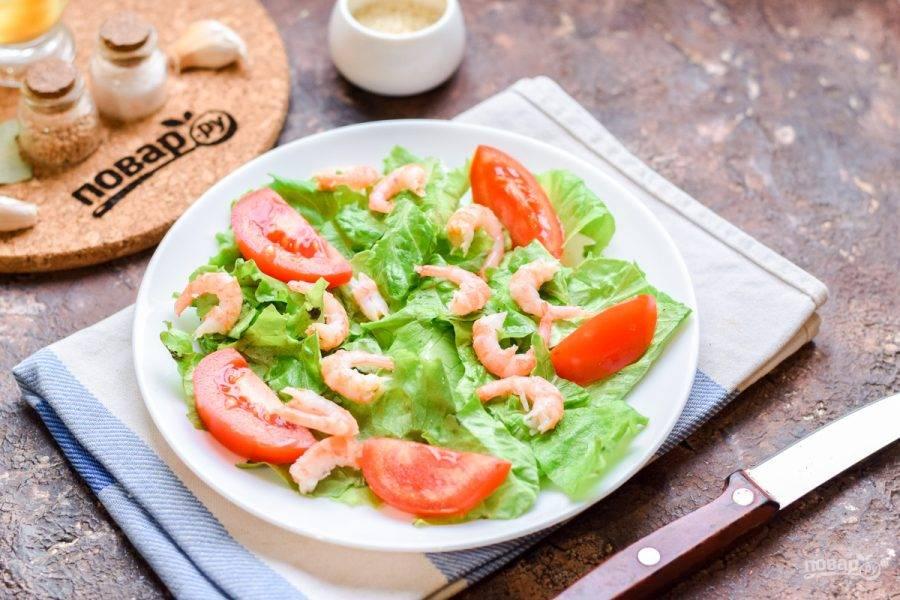 Креветки отварите 2 минуты в подсоленной воде. После очистите креветки и переложите их в салат.