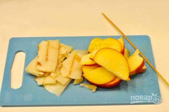 3. Вымойте, обсушите и нарежьте тонкими ломтиками сало и яблоко.