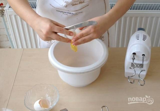 3.Отставьте миску с маслом в сторону. В чашу миксера вбейте куриные яйца, взбейте, добавьте соду, гашенную уксусом, после этого взбейте еще раз.