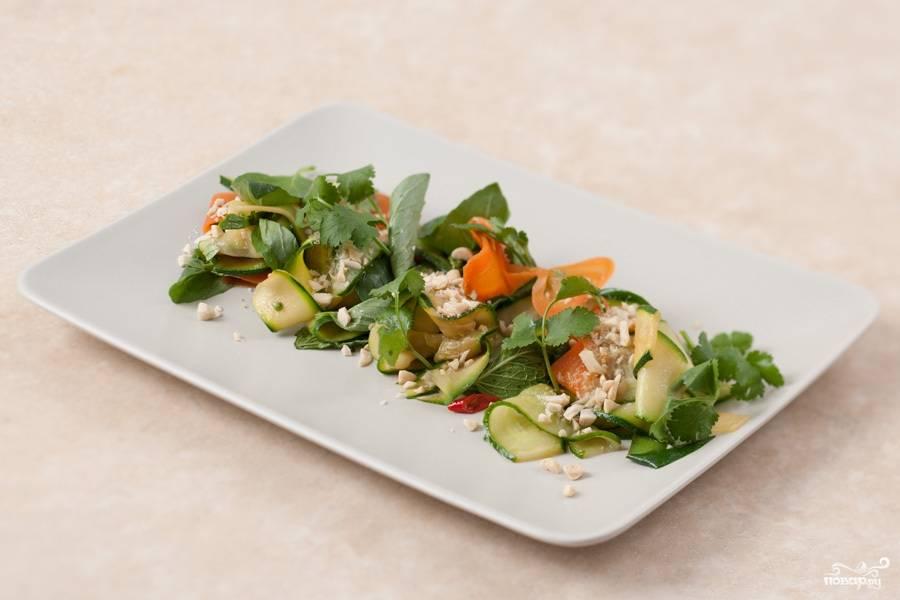 Выкладываем салат по тарелочкам. Посыпаем арахисом украшаем кинзой и подаем к столу. Приятного аппетита!