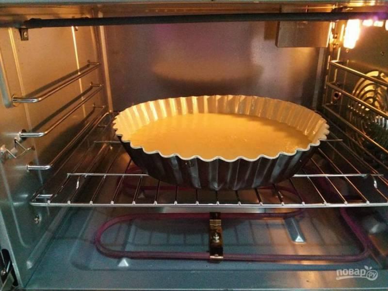 4. Налейте тесто в форму для выпекания, смазанную маслом. Готовьте бисквит в течение 35-40 минут при температуре 180 градусов.