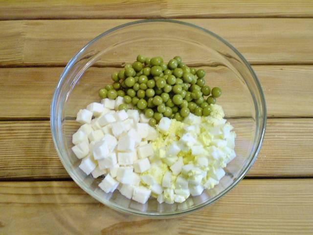 5. Собираем ингредиенты салата в салатник.