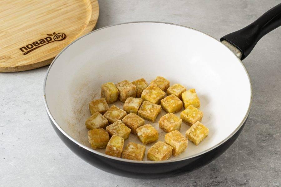 Разогрейте сковороду с парой ложек растительного масла. Обжарьте тофу до легкой золотистой корочки со всех сторон.