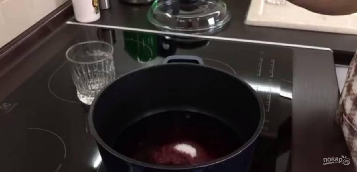 3.  В кастрюле с толстым дном смешайте сахар с вином, поставьте на средний огонь и проварите до вязкости (после закипания еще 20-25 минут проварите). Мягкое сливочное масло взбейте миксером, одновременно взбейте сгущенку.