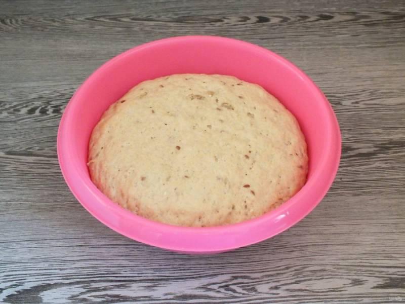 По истечении времени тесто заметно увеличится и как бы начнет спадать вниз. Это говорит о том, что тесто выбродило.