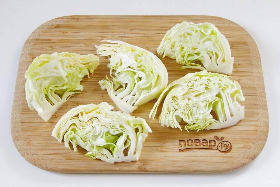 Капусту разрежьте на сегменты. Чтобы листья не разваливались, старайтесь резать так, чтобы сохранялась кочерыжка снизу.