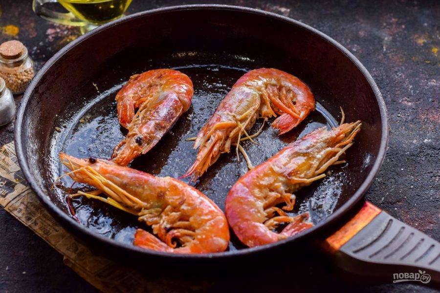 В сковороде разогрейте растительное масло, переложите креветки и жарьте с каждой стороны по 4 минуты. По желанию добавьте специи, разные травы, соль и перец.
