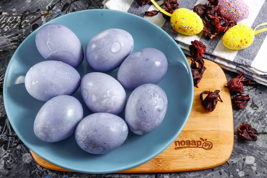 Покраска яиц на Пасху чаем каркаде