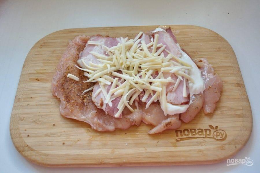 Натрите на крупной терке твердый сыр. Выложите его поверх бекона.