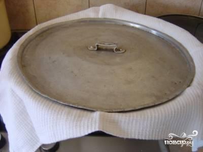 12.Накрываем айву полотенцем и крышкой и оставляем так на несколько часов.