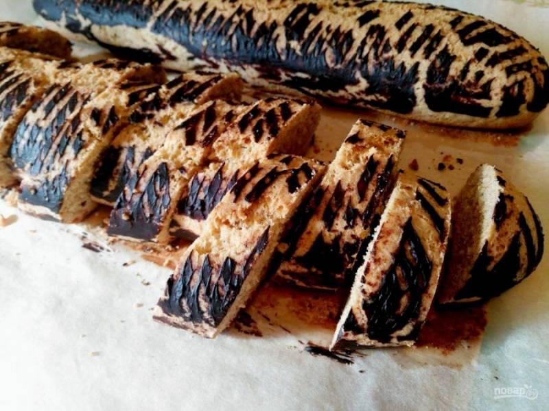 """Дайте испечённому печенью """"Кроки"""" слегка остыть, а затем разрежьте его на порционные кусочки шириной 1-1,5 сантиметра. После этого печенье можно подавать к столу."""