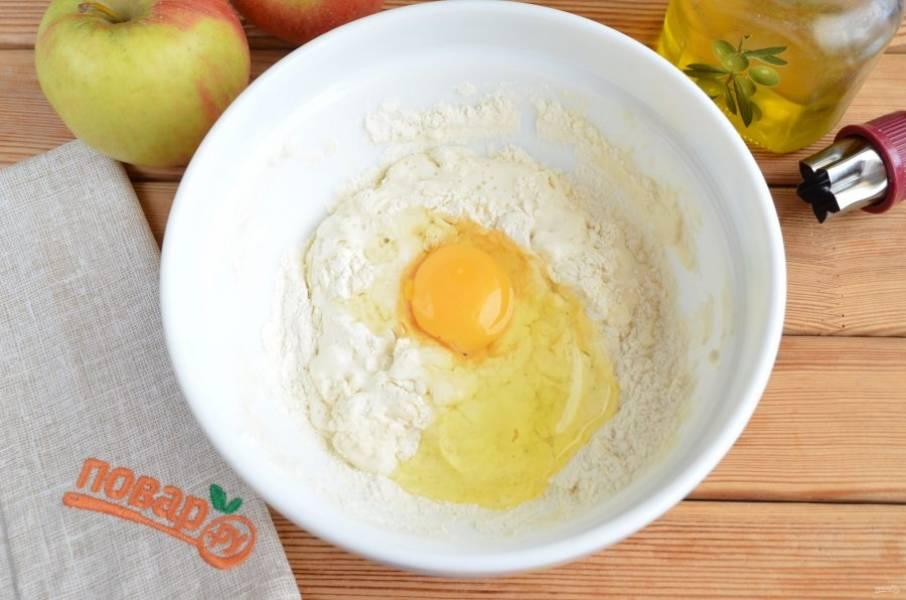 Добавьте сырое яйцо. Смешайте массу до однородности.