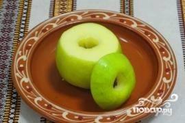 У яблока срезать верхушку, вырезать середину, до конца не протыкать.