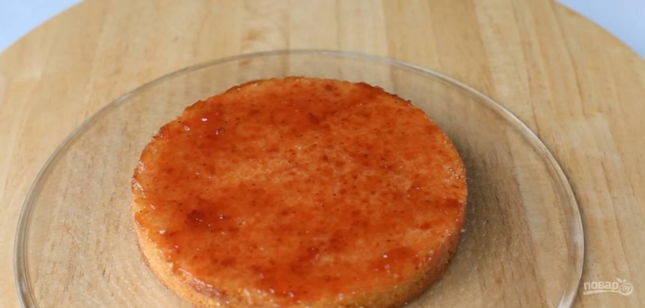 4.Смажьте бисквит тоненьким слоем клубничного джема.
