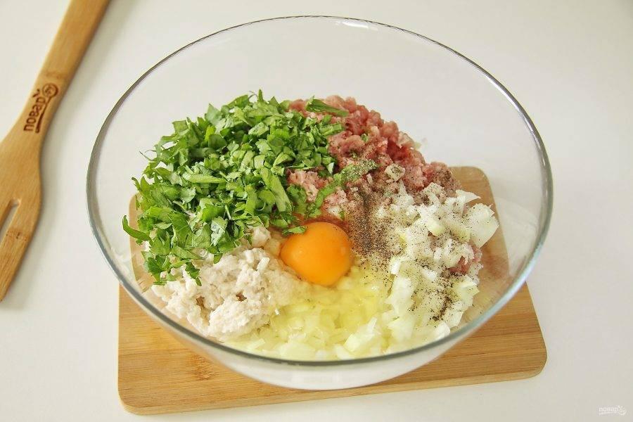 К фаршу добавьте отжатый от молока батон, яйцо, измельченную петрушку или любую другую зелень по желанию, нарезанный мелкими кубиками лук, соль и перец по вкусу.