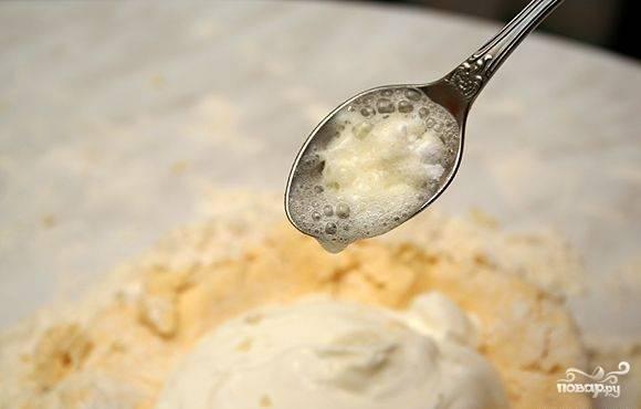 Погасить соду шести процентным яблочным уксусом. Добавить к смеси. А также влить растительное масло и крутой кипяток. Ещё раз всё хорошенько взбить миксером.