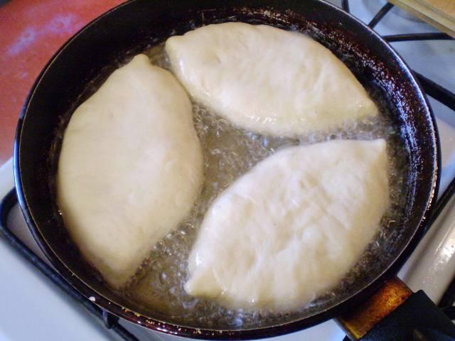 13. Раскаляем масло. Выкладываем осторожно пирожки и жарим.