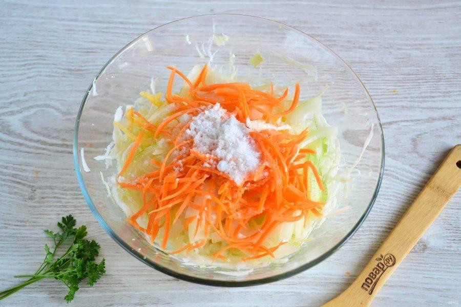 Смешайте все подготовленные овощи, добавьте соль, сахар, растительное масло и уксус.