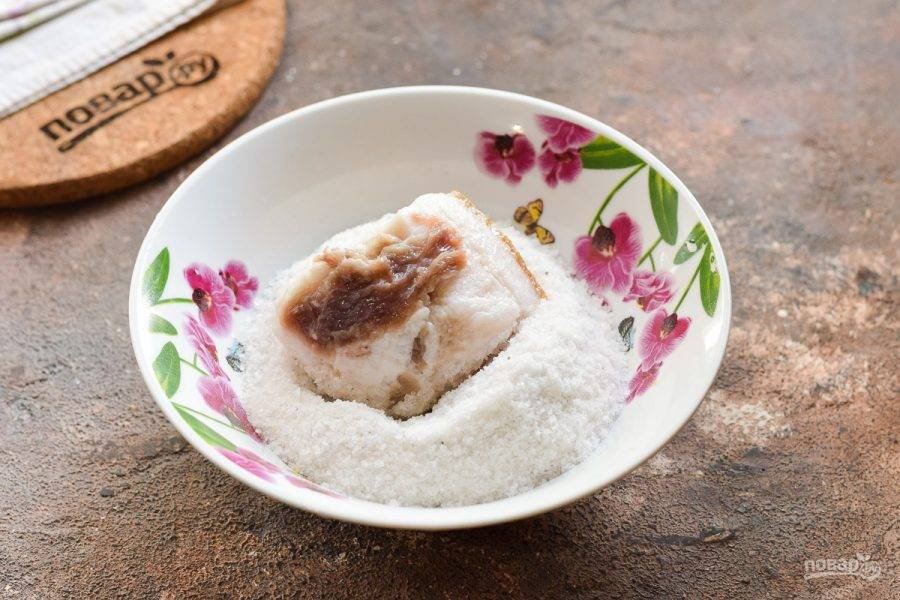 В миску всыпьте соль, переложите крупные куски сала. Хорошо обсыпьте сало солью со всех сторон.