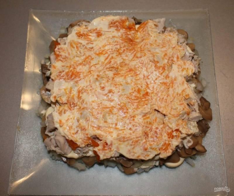 6. Дальше — натертая на среднюю терку отварная морковь.
