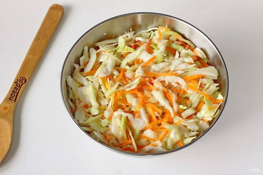 Посолите и помните руками, чтобы она стала мягче. Добавьте тертую морковь, нарезанный кубиками лук и все перемешайте.