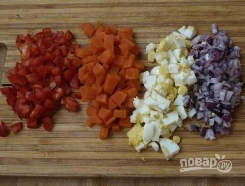 Яйцо, лук, перец и морковку нарезаем на небольшие кубики. А часть зелени рубим меленько.
