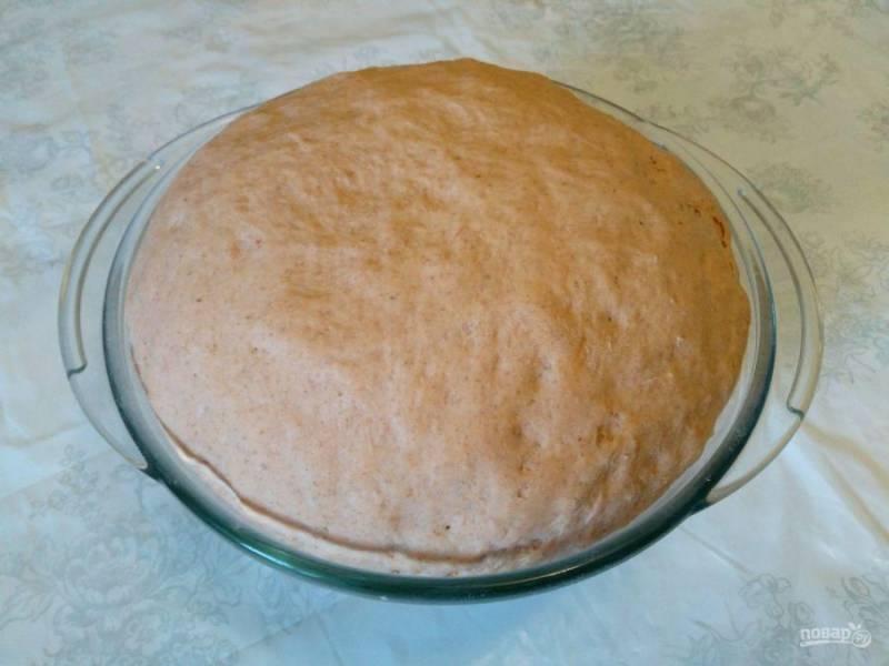 По истечении указанного времени тесто должно увеличиться в объёме в 2-2,5 раза. Обомните его руками и поместите на рабочую поверхность, присыпанную мукой.