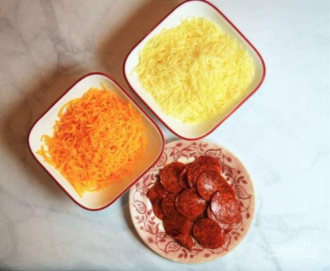 8.Подготовьте начинку: нарежьте тонкими ломтиками колбасу, оба вида сыра натрите на терке.