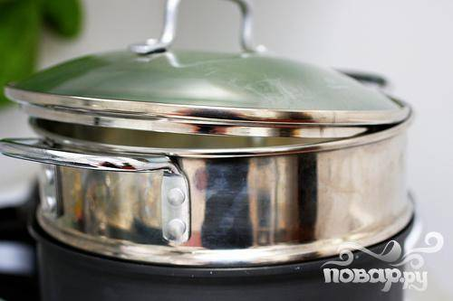 3. Переложить массу в миску. Размять ее на мелкие кусочки деревянной ложкой, добавить сыр Пармезан, яйцо и измельченную зелень, если используется, и перемешать с усилием, пока смесь не станет однородной. Следите, чтобы в смеси не было комков. В большой кастрюле довести говяжий бульон до кипения.