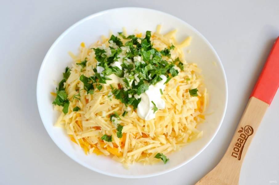 4. Добавьте по вкусу соль, измельченный чеснок и зелень. Именно чеснок сделает этот салат острым. Если хотите, то добавьте еще щепотку жгучего перца. Заправьте салат майонезом или сметаной.