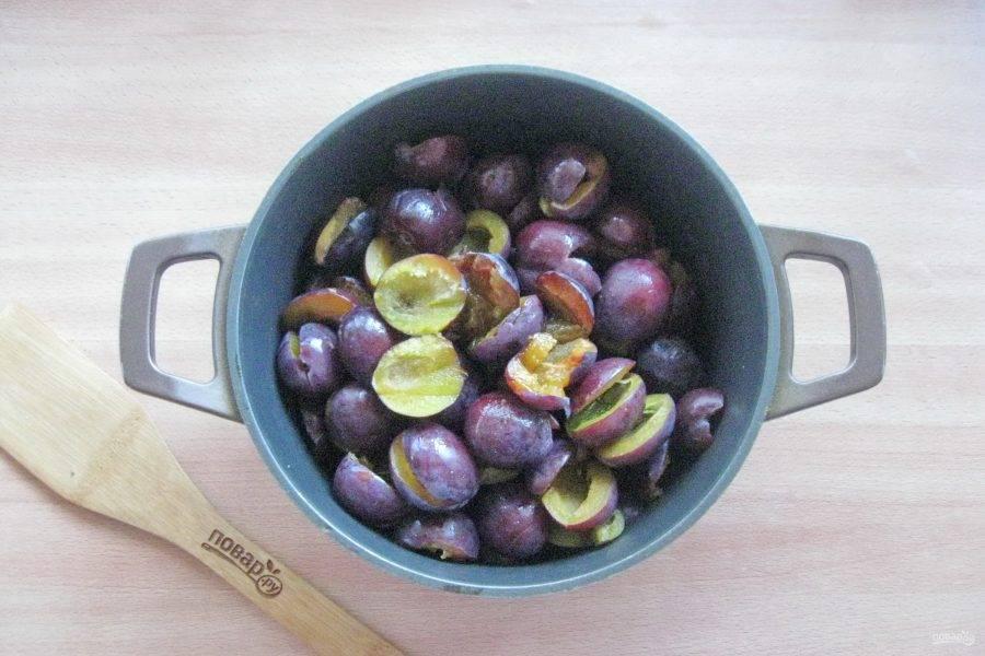 Разрежьте каждую сливу и удалите косточку. Гнилые и поврежденные плоды не берите. Выложите сливы в кастрюлю или таз с толстым дном или антипригарным покрытием.