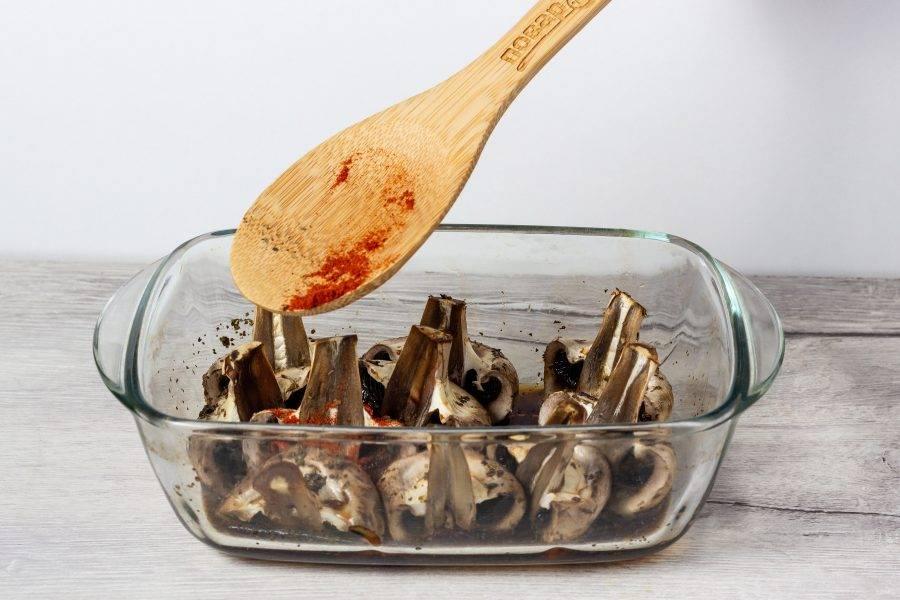 Затем достаньте и посыпьте паприкой. Снова уберите на 15 минут в духовку.
